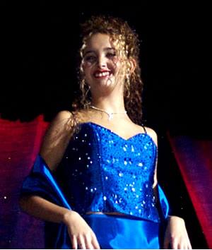 Reina de Cuenca 2002 .- La hermosa sonrisa y el carisma de Andrea Palacios hicieron juego con su belleza en su desfile en traje de noche