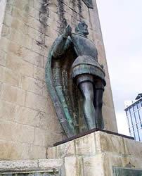 Andrés Hurtado de Mendoza .- El Monumento consta de un gran paramento rectangular de piedra con dos salientes. Al lado Norte está el Marqués en actitud de mando, con la tizona en la mano (que manos salvajes dañaron, sin haberla repuesto hasta hoy).