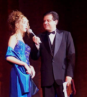 Reina de Cuenca 2002 .- Andrea Palacios respondiendo a la pregunta realizada por Fernando Reino presentador del evento.