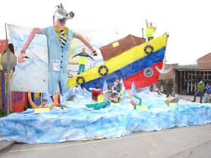 Año Viejo 2006 .- Los arreglos de escenarios improvisados realizados el 31 de diciembre en los barrios más populares de Cuenca, tienen generalmente como motivo los aspectos más importantes de la vida política y social de la ciudad representados con jocosidad y aguda observación popular.
