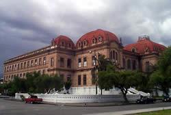 Colegio Benigno Malo .- Su construcción se inició hacia 1924 y desde 1937 es el primer centro de educación secundaria de Cuenca.  Su monumental edificio con rasgos neoclásicos se asemeja a una postal europea.  Se encuentra ubicado en la Avenidas Solano