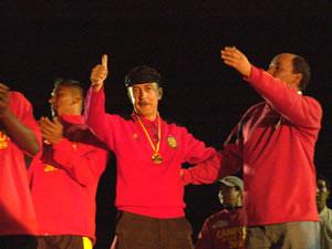 Noche Colorada 2006 .- Antonio Alvarez, Presidente del Deportivo Cuenca en la Temporada 2006, saludando a toda la Hinchada que se dio cita a la Noche Colorada 2006
