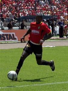 Temporada 2005 .- Calderón recibe un pase de Asencio y remata al arco rival a los 23 minutos poniéndonos en ventaja 2 tantos a 0.