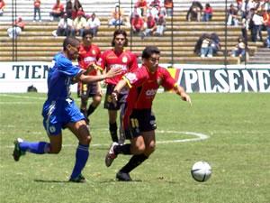 Temporada 2005 .- El primer tiempo se mantuvo bastante calmado y un tanto monótono entre las dos escuadras, el Deportivo Cuenca pudo anotar en un par de ocasiones a través de Calderón, Asencio y Quiñónez, pero el arco de los millonarios se salvó de recibir los goles.