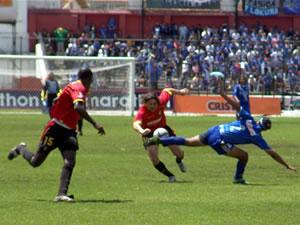 Temporada 2005 .- Cristian Carnero, delantero del Deportivo Cuenca, se abre paso entre los defensas de Emelec en un partido emocionante donde el Cuenca superó por 3 goles a 0