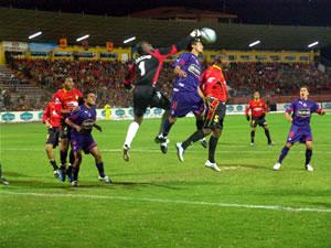 Temporada 2005 .- Los delanteros del Cuenca, Quiñónez y Ascencio, en numerosas ocasiones intentaron marcar, pero la defensa del Olmedo se cerró bien en su área de los 5,50