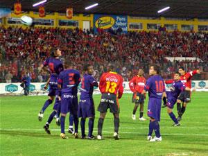 Temporada 2005 .- Luego Raúl Noriega cobró un tiro libre desde 25 metros del área, el balón quedó entre jugadores del Cuenca y Olmedo, tras unos rebotes el esférico fue a parar cerca del poste derecho