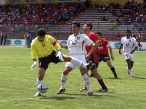 Temporada 2005 .- El portero Buele contiene un disparo que tenía claridad a gol, por parte de Carnero.
