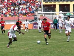 Temporada 2005 .- Cristian Carnero, delantero del Deportivo Cuenca, se abre paso entre los defensas de Liga de Loja en un partido emocionante donde el Cuenca superó por 2 goles a 1