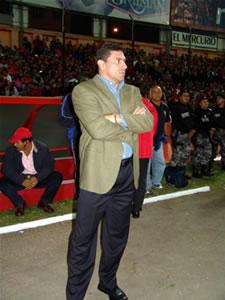 Noche Colorada 2005 .- El Director Técnico de la Selección Ecuatoriana, Luis Fernando Suarez, observa el compromiso del Combinado Tricolor con la conjunto Colorado