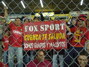 Copa Toyota Libertadores 2005 .- La Hincha Saludando al Medio de Comunicación que transmitía el Compromiso al Mundo Entero con un mensaje netamente 'Cuencano'