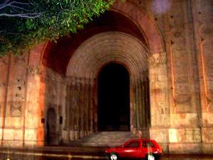Portal de la Catedral .- En la Catedral se mezclan elementos estilísticos de diversas escuelas arquitectónicas, se encuentran también elementos góticos y renacentistas. El ladrillo visto (centenares de miles de unidades) singulariza y define el aspecto exterior del templo.