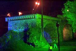 Puente Roto .- Hoy el Puente Roto es un mirador turístico y punto de encuentro para eventos artísticos importantes celebrados especialmente en las fiestas de fundación de Cuenca. El Puente Roto está ubicado en la Avenida 3 de Noviembre y Bajada de Todos Santos