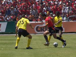 Temporada 2005 .- Sin embargo el plantel local se las ingenió para entrar al territorio contrario. A los 11 minutos el atacante rojo Ascencio remató de primera un centro de Lastra, el balón pasó cerca del palo superior.