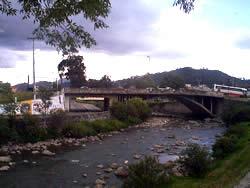 Puente de El Vergel .- Ubicado en la Avenida Huayna Cápac