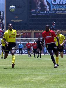 Temporada 2005 .- Para la segunda etapa el conjunto visitante desmejoró el fútbol aguerrido que mostró en la etapa inicial, el asociamiento entre sus líneas cambió.