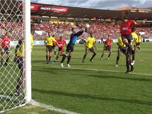 Temporada 2005 .- Mario Lastra por el lado derecho de la portería amarilla lanza un buen intento que no fue aprovechado por Christian Carnero