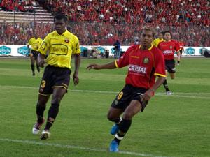 Temporada 2005 .- A los 24 minutos Carlos Quiñónez pierde una gran oportunidad de gol cuando de un cañonazo hace que el arquero torero Edwin Villafuerte logre rozar y el balón pasa por encima de su portería.