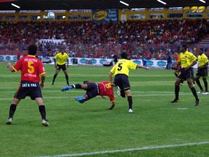 Temporada 2005 .- Al Minuto 26 y 27 fueron otras oportunidades para los rojos, Mario Lastra, Antuña y el Turbo fuero esta vez los protagonistas de acciones que pudieron terminar en anotaciones.