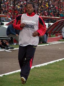 Temporada 2005 .- El Profesor Asad en el minuto 24 hace un cambio sacando a Raúl Antuña para remplazarlo por Peter Villegas