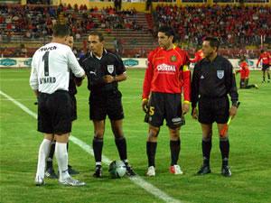 Temporada 2005 .- Los Capitanes de ambas escuadras junto con el Arbitro Pedro Ramos, arbitro Principal, en el sorteo de cancha