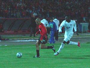 Temporada 2005 .- El 'Turbo' Gonzáles desborda por derecha ante la marca apretada de Geovanny Espinoza, quien se vio con mucho trabajo en detener los ataques Cuencanos