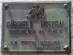 Gabriela Mistral .- Fue notable escritora en prosa y en este campo dio a conocer su obra: Vida de San Francisco de Asís. En 1945 la Academia Sueca le concedió el Premio Nóbel de Literatura