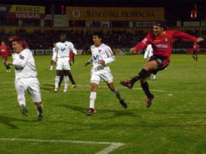 Temporada 2005 .- Al poco momento nuevamente la dupla Calderón-Carnero se evidenció. 'Mamita' de cabeza conectó un pase gol al Chueco, quien receptó de la mejor manera con tiro directo al arco, colocó el 3 por 0.