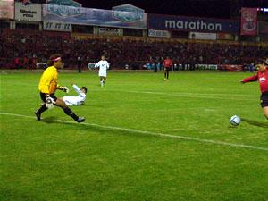 Temporada 2005 .- Cuando el reloj marcaba los 44 minutos de juego, la magia del Turbo González, surgió; el venezolano por el sector derecho y desde el área cuencana desbordó hacia el otro extremo de la cancha para ser participe de la cuarta conquista del Cuenca, que fue anotada por la carta de gol roja: Carnero.