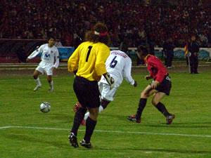 Temporada 2005 .- Cerca del final del cotejo, el defensa uruguayo nacionalizado ecuatoriano Velazco, tras recibir el tiro libre de Lastra colocó de cabeza el definitivo 5 por 1, que ratificó la presencia del Cuenca en los play offs.