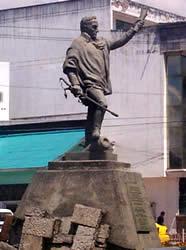 Simón Bolívar .- Inauguración: 9de Noviembre de 1985 Ubicación: Avenida de las Américas, intersección con la calle Gran Colombia y Av. Ordóñez Lazo. Autor de la escultural: Wolfgang Palacio