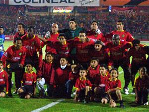 Temporada 2005 .- El camino hacia una nueva final se acerca. La escuadra colorada tras el triunfo por 2 goles a 1 sobre Liga de Quito, llenó de esperanzas a los 22.000 aficionados que presenciaron tan emocionante cotejo. Las anotaciones del equipo local fueron obra de Héctor González y Cristian Carnero, mientras que el tanto visitante fue un autogol de Mina.