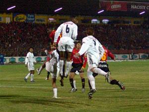 Temporada 2005 .- Recién a los 5 minutos de juego, tras un centro de Méndez, el elemento blanco Urrutia logró de cabeza anotar el primer gol del partido. Antes la pelota rozó en la humanidad del volante rojo Mina, quien la desvió hacia el sector izquierdo del arco de Klimowicz. De ahí en adelante la contundencia del ataque visitante fue poderosa.