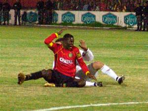 Temporada 2005 .- Cuando el cotejo se desarrollaba con normalidad, empezó un juego violento por parte de los albos, quienes castigaron en algunas ocasiones a Calderón y Carnero, delanteros que ambicionaban entrar en el área contraria.