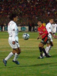 Temporada 2005 .- Se sumó otro factor en contra del Cuenca, el arbitraje de Carlos Vera, quien se mostró errático a la hora de impartir justicia. A los 27 minutos, Vera no pitó un penal a favor de los rojos, ya que en los 16,50 de Liga, Ambrosi contactó con su mano la pelota.