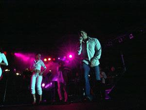 Jerry Rivera en Cuenca .- A los 15 años, Jerry Rivera, se le presenta la oportunidad de grabar un disco y de esta forma comienza su carrera profesional con 'Empezando a Vivir', su primer álbum. El segundo, 'Abriendo Puertas', le significó precisamente eso: le abrió las puertas al éxito. Tres de los temas del disco alcanzaron los primeros puestos en las listas de Estados Unidos, Puerto Rico y varios países latinoamericanos, llegando al Doble Disco de Platino.