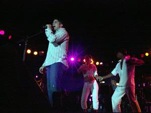 """Jerry Rivera en Cuenca .- A los 15 años, Jerry Rivera, se le presenta la oportunidad de grabar un disco y de esta forma comienza su carrera profesional con """"Empezando a Vivir"""", su primer álbum. El segundo, 'Abriendo Puertas', le significó precisamente eso: le abrió las puertas al éxito. Tres de los temas del disco alcanzaron los primeros puestos en las listas de Estados Unidos, Puerto Rico y varios países latinoamericanos, llegando al Doble Disco de Platino."""