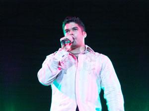 Jerry Rivera en Cuenca .- Geraldo Rivera Rodríguez nació el 31 de julio de 1973. Jerry es originalmente de Humacao, Puerto Rico, pero se crió en Levittown cerca de Toa Baja. Sus apodos incluyen: 'El bebé de la salsa,' 'El niño de oro,' 'El príncipe de la salsa' y, por supuesto, 'Cara de niño.'
