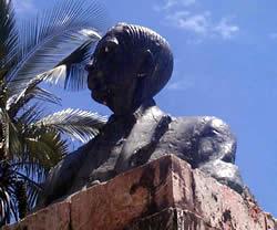 Manuel J. Calle .- Inauguración: 26 de Mayo de 1945 Ubicación: San Blas (Parque Hurtado de Mendoza) Autor de la escultural: Vicente Rodas Farfán, fundición de Alfonso Maruri en los talleres de la Maestranza del Ejército