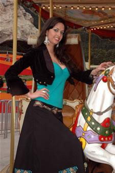 Candidatas a Miss Ecuador 2006 .- Rebeca Flores ha Realizado estudios sobre Principios Humanos y de Marketing Estratégico, que se basa en como crear clientes fieles a la Empresa a Través del Buen Servicio