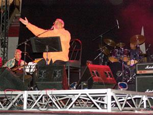 Pablo Milanes en Cuenca .- Como intérprete, Pablo Milanés se incorporó posteriormente al cuarteto denominado Los Bucaneros, con quienes colaboró en sus primeros trabajos. También probé suerte como solista ocasional, diversificando de esta manera sus experiencias que más tarde le llevarían a trabajar en solitario.