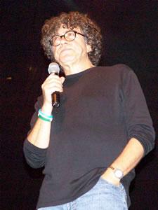 Piero en Cuenca .- A fines de 1981 Piero lanza su 4º LP 'Calor Humano'. Grabado en vivo en el Teatro Fénix durante tres jornadas. En este trabajo aparece su nueva propuesta: la paz interior, el amor y la solidaridad.