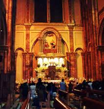 Interior de la Catedral .- Los diferentes altares que se encuentran dentro de la iglesia son masivamente concurridos por los fieles que acuden para hacer su peticiones o dar gracias por los favores recibidos