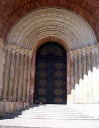 Portal de la Catedral .- La arquitectura ecléctica de la Iglesia está hecha de ladrillo unida con cal