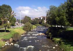 Río Tomebamba .- El río Tomebamba uno de los cuatro ríos que bañan a Cuenca y que corre de oeste a este, dividiendo en dos partes la ciudad