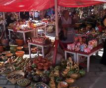 Plaza Rotary .- La presencia de la cerámica es más notoria y en la que se destacan especialmente las grandes ollas de Jatumpamba, alfarería realizada sin torno.