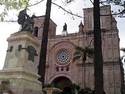 Abdón Calderón .- La fundición de la estatua se hizo en Roma. El pedestal en mármol blanco fue trabajado por el artista Benigno Vintimilla, por el precio de catorce mil sucres.