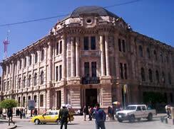 Corte Superior de Justicia .- Se la construyó en 1918, siglo XX, inicialmente sirvió como sede de la Universidad de cuenca, y funciona como Corte desde 1925.