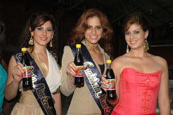 Candidatas a Miss Ecuador 2006 .- Estefania Iturralde, Stepanie Mata y Ma. Eugenia Macias en la planta de Big Cola