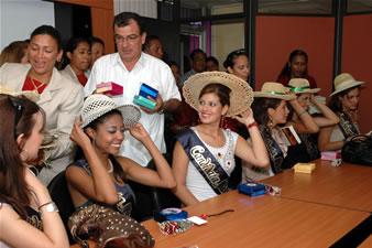 Candidatas a Miss Ecuador 2006 .- Candidatas reciendo obsequios en babahoyo